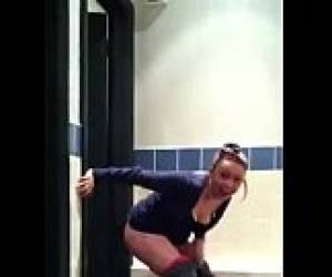 She Almost Got Caught Peeing On Starbucks Toilet Floor - Hotpeegirls.com