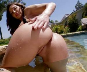 Gracie Glam Babe Wiggling Her Wet Clit Bean