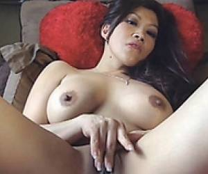 Jade Lee Has Orgasm On Live Show